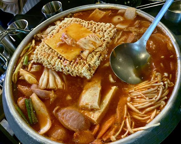 燈光美、氣氛佳。韓式熱炒樣樣有、小菜無限續盤的~值得一訪。