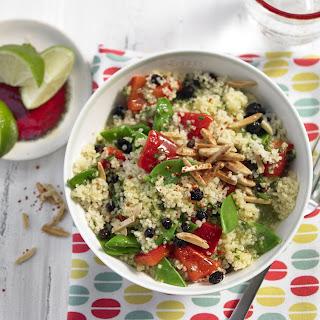Couscous-Salat mit Zuckerschoten, gegrillter Paprika, Korinthen und Zimtmandeln