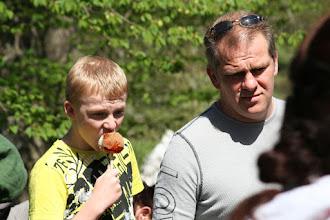 Photo: Wictor var inte sen att köpa ett glaserat äpple...