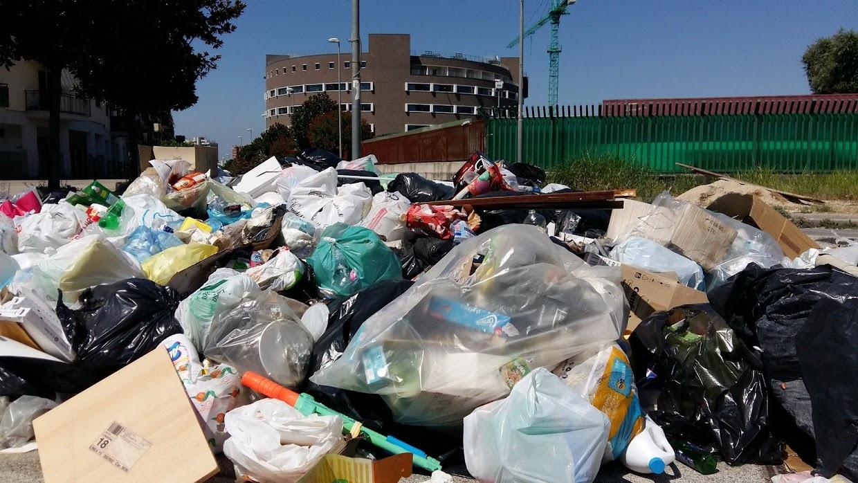Cumuli di rifiuti a pochi passi dall'università di Scampia