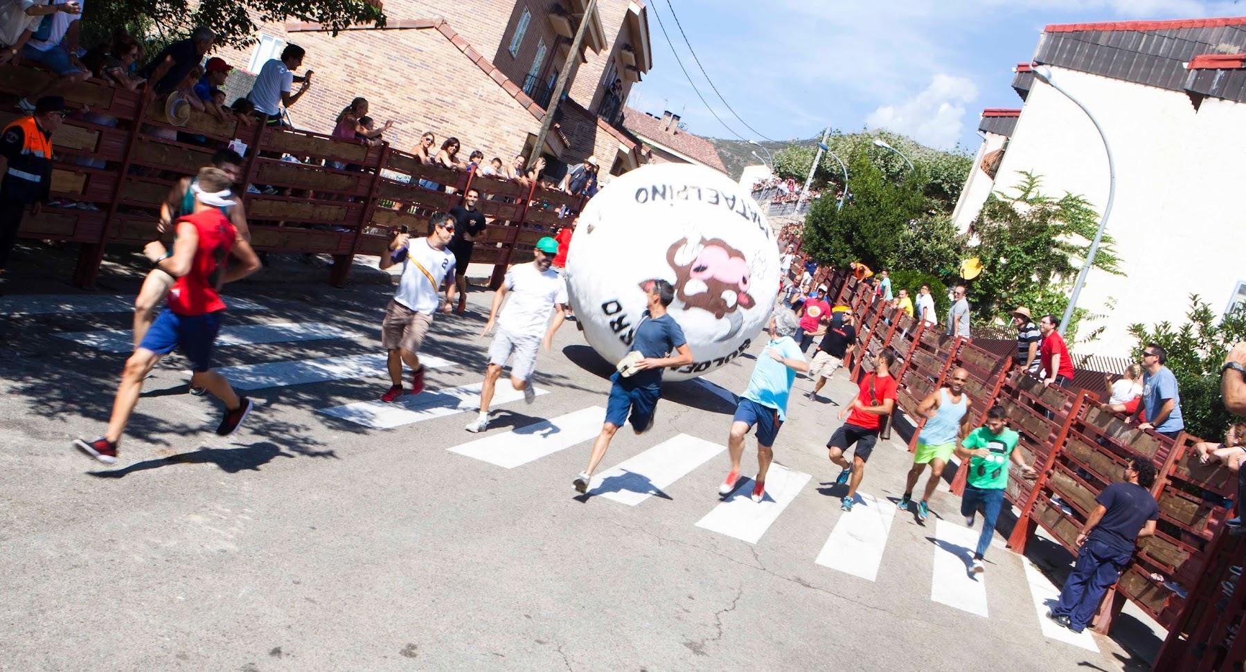 Encierro con bolas gigantes Mataelpino 2015