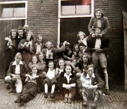 Photo: V.C.J.C. v.l.n.r. vooraan: Hendrik Hoving, Tineke Heiminge, daarachter Aaltje Brinks en Thale Jobing?, Hennie Vedder, Lena Homan?, Roelie Jansen, r. achter haar ??, voor met die mooie geblokte kniekousen Jan Beugels uit Anderen. Achter Jan Beugels zit Aaltje Hadderingh. Achteraan v.l.n.r.: Hillie Piel (Anderen), Jan Kamping, Steven Lanjouw (Anderen) Willempje Speelman (Anderen), Hendrik Lanjouw (Anderen), Jantina Braams, ??, Jannes Speelman (Anderen), Aaltje Meijer, Jan Stokker, daarboven Giny Lanjouw en Bouw Rozenveld heeft Tinie Oosting op de schouders.