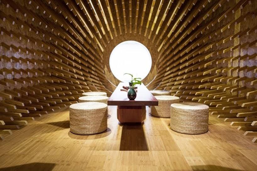 999 piezas de madera sobresalen para crear un espacio interior espectacular