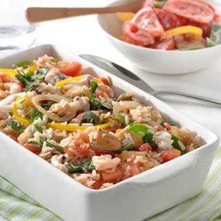Pilav Van Zeevruchten Met Een Salade Van Koriander En Tomaat