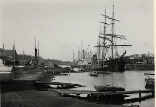 Photo: 1904-1915 Odense Roklubs bådebro i bunden af havnen.