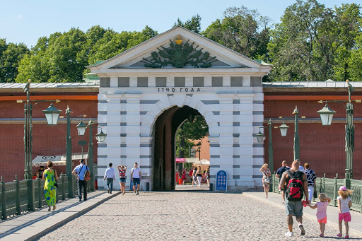 saints-peter-and-paul-fortress-entrance-from-Ioannovsky-Bridge.jpg - The entrance of Saints Peter and Paul Fortress leading from Ioannovsky Bridge.