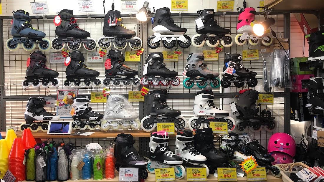 S-FOURのフェイスに並んでいるNextシリーズのブーツたち
