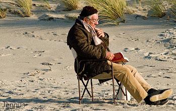 Photo: lesender Mann am Strand