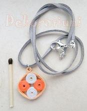 Photo: Colier cu pandantiv pătrat cu rotiţe orange şi alb Pandantiv : tehnica quilling, lacuit Şnur imitaţie piele întoarsă gri cu închidere, 50 cm +, reglab Nu mai este in stoc
