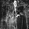 Brujo tomando la mano a una mujer en un ritual