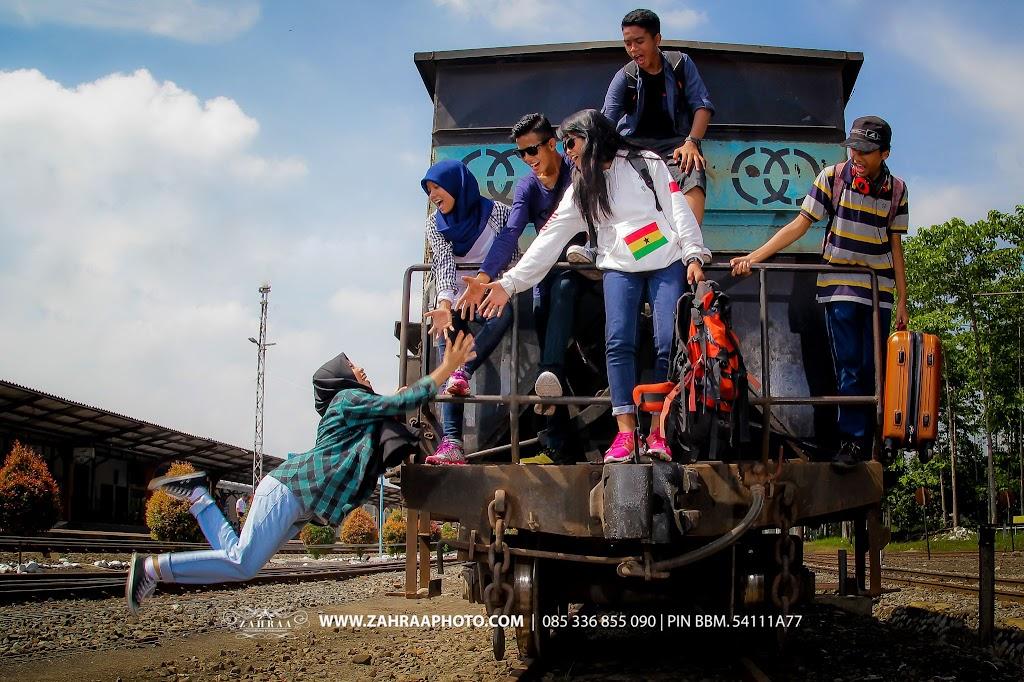 Konsep Pose Keren Foto Year Book - Buku Tahunan sekolah - BTS - Fotografer - photographer - Photografer - Jember - Travelling - Levitasi - jump shoot - Stasiun Kereta Api Jember 45
