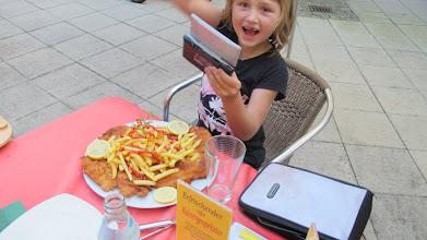 Photo: Jessi mit dem kleinen Schnitzel