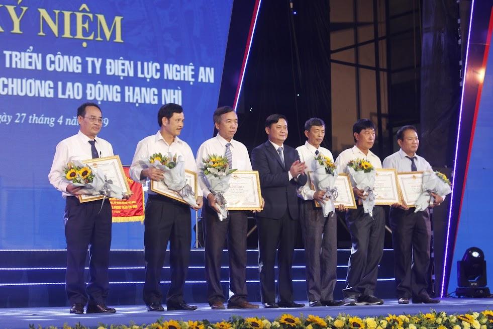 Đồng chí Thái Thanh Quý - Chủ tịch UBND tỉnh tặng Bằng khen của UBND tỉnh Nghệ An cho các cá nhân xuất sắc.