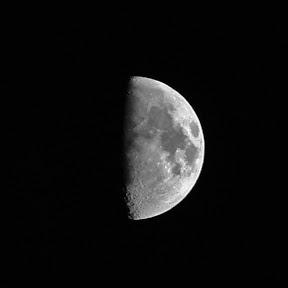 lune moitié recadrée.jpg