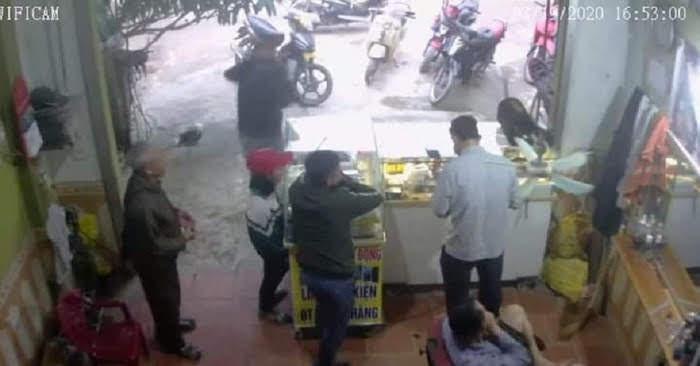 Trước khi mất tích nữ sinh T mặc áo khoác trắng xanh đồng phục học sinh, đội mũ lưỡi trai màu đỏ (hình ảnh trích xuất từ camera của hộ dân)