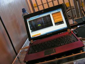 Photo: Computer met daarbij het beeld van mijn webcam.