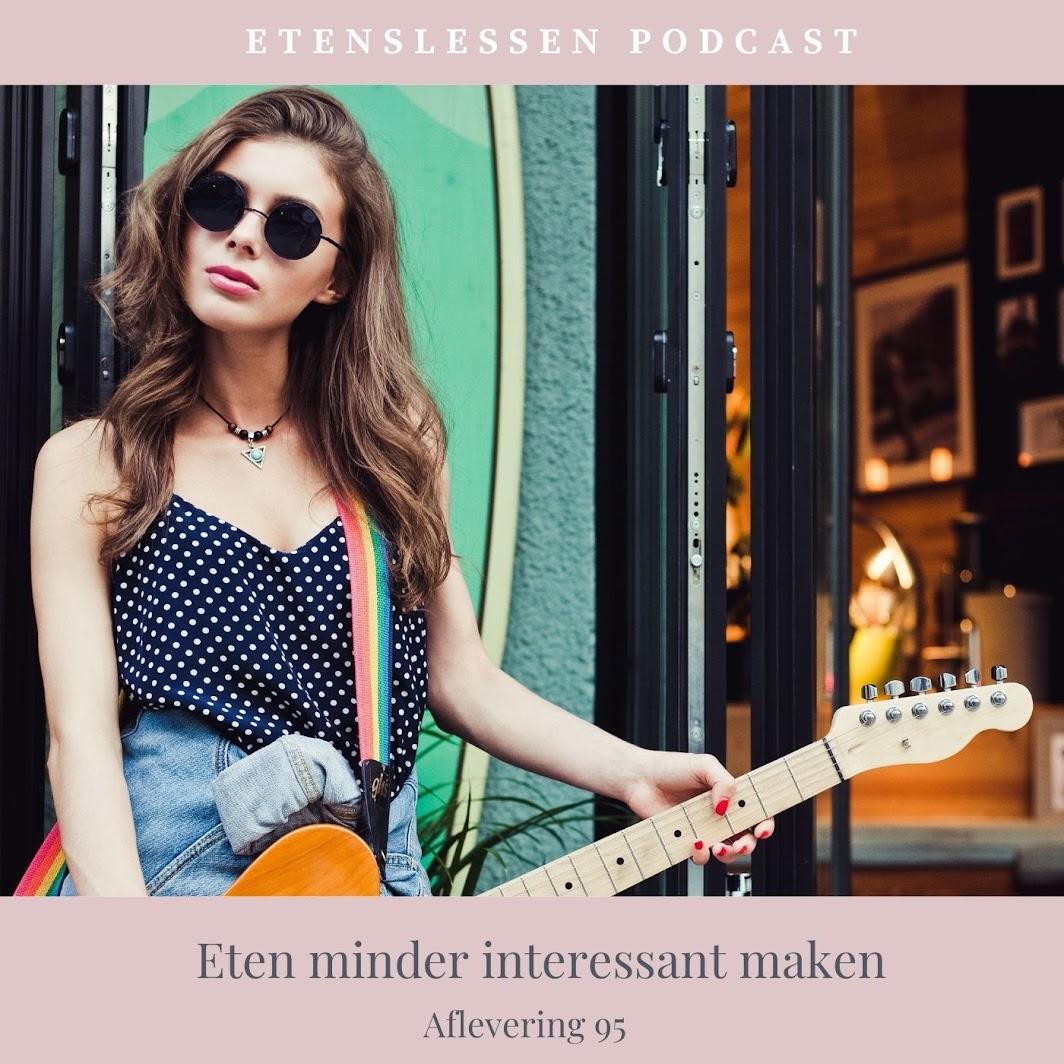 Jonge vrouw die een elektrische gitaar bespeelt
