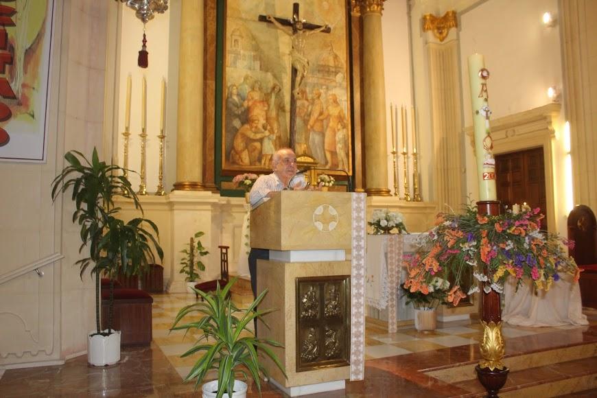 Manuel Cuadrado, párroco de la iglesia de San Sebastián, indicando a los feligreses las medidas que tienen que adoptar durante su visita al templo.