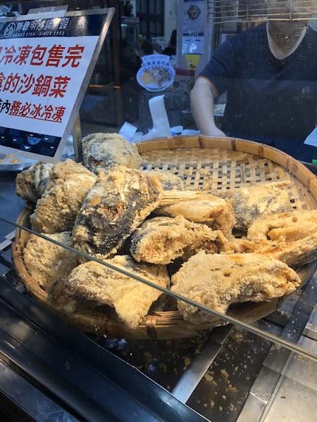 點一份110砂鍋魚頭湯很濃很好喝(下次可以續湯 25太陽蛋小貴30雞肉飯普通 80鯊魚煙很嫩 下次會想再來吃👍