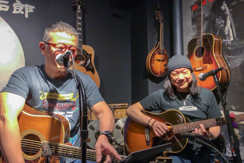 壁にディスプレーされたギターの数々