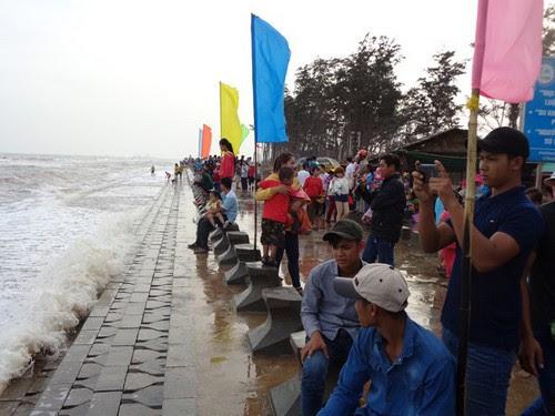 Bãi biển Ba Động hút khách những ngày đầu xuân