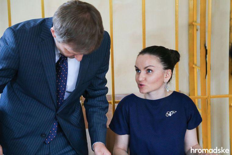 Экс-судья Печерского районного суда Киева Оксана Царевич с адвокатом во время заседания суда, Киев, 12 апреля 2016 года