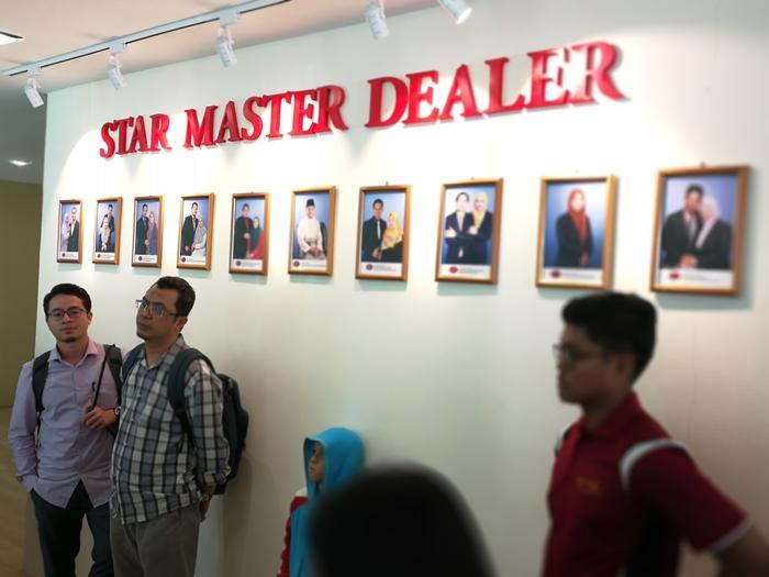 Gambar senarai Hall of Fame tergantung gambar-gambar Star Master Dealer