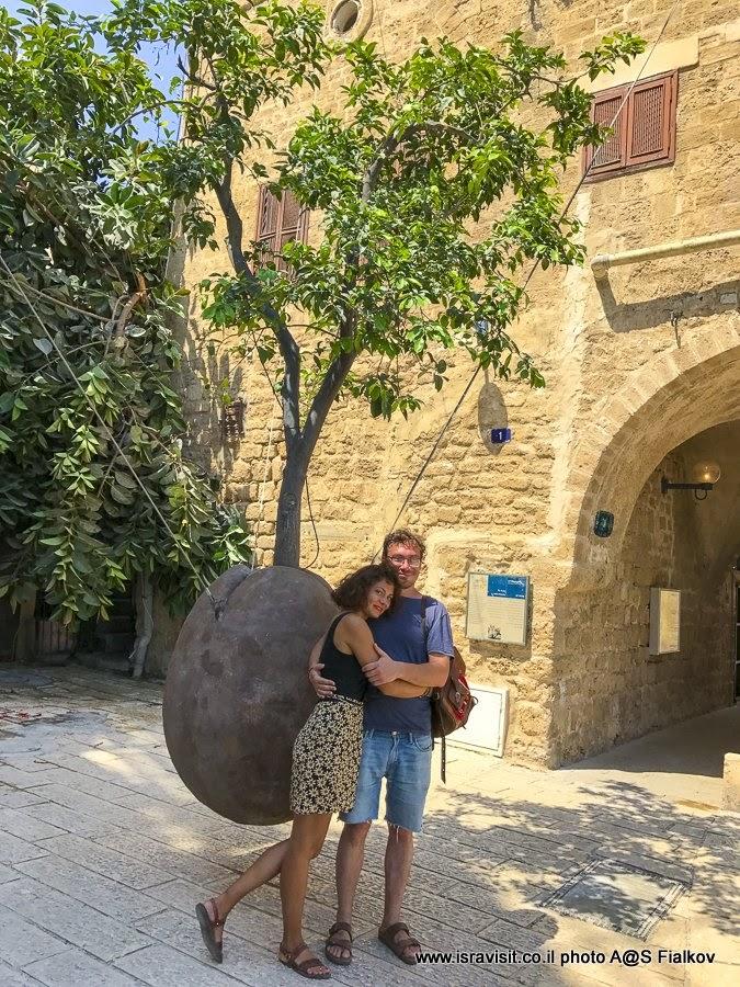 Парящий апельсин в Яффо. Работа Рене Морина. Экскурсия в Яффа, Израиль.