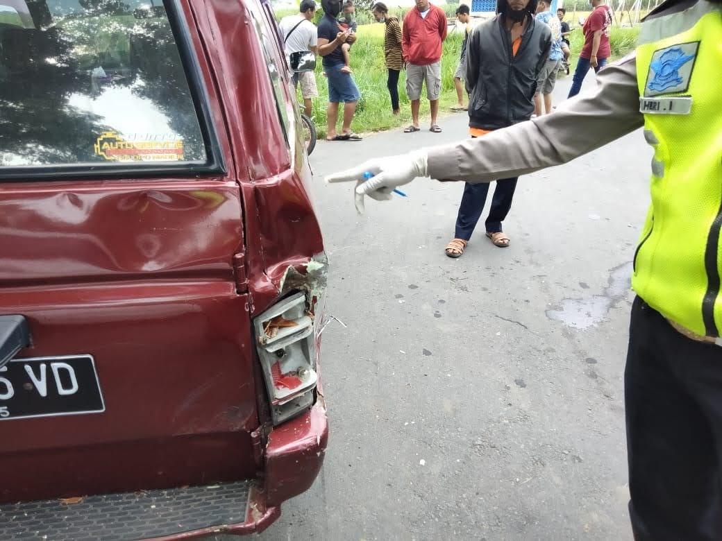Motor Tabrak Mobil Dari Belakang : Pengemudi Motor Patah Kaki Kanan dan Kiri