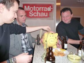 Photo: Christoph sein Geburtstagsschweinchen wird gefüllt