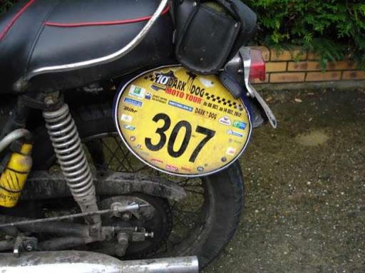 La plaque arrière de la Triumph de Robert lors du Dark-dog Moto tour