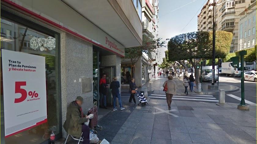 Oficina  del Banco Popular que ha cerrado sus puertas en Pleno Paseo de Almería, trasladándose al Banco Santander.