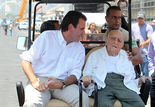 Photo: Brazilian architect Oscar Niemeyer (104) and Rio de Janeiro's Mayor Eduardo Paes (L) visit the expand works of the Sambodromo in Rio de Janeiro on February 8, 2012. Niemeyer was the architect of the Sambodromo, built in 1983. Carnival begins in Brazil on February 18.   AFP PHOTO/Fabio COSTA (Photo credit should read FABIO COSTA/AFP/Getty Images)