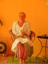 Photo: Ingrid Inaara mit dem Metatron-Lichtstab