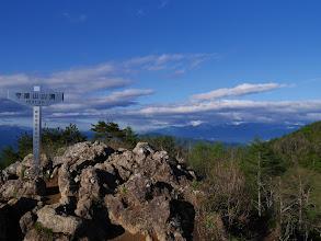 山頂標識(バック右に中央アルプス)