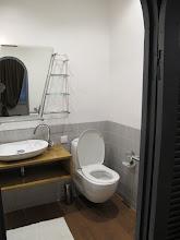 Photo: Sn4HR0314-160203StLouis, hôtel 'La Résidence', chambre, salle de bain, lavabo & toilettes IMG_0313