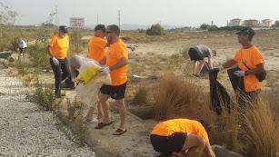 vecinos y Protección Civil han limpiado la zona de Cabuzana.