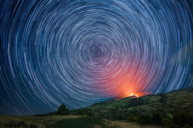 Etna star trail con eruzione di Massimo_Tamajo