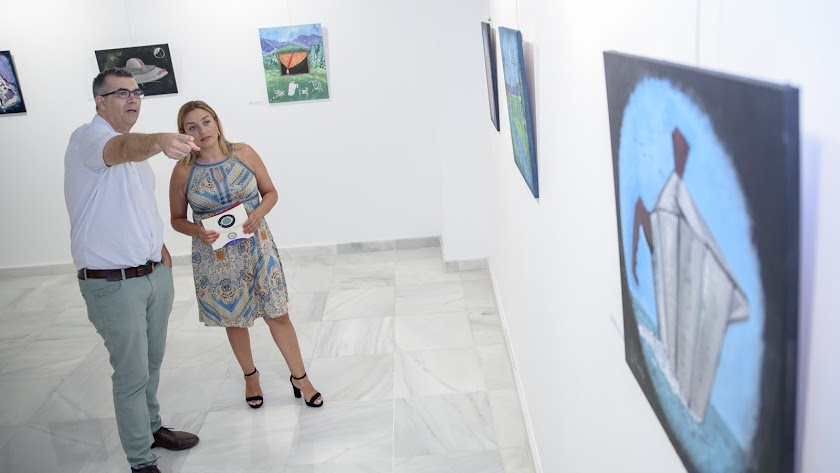 Juan José rosado con la diputada provincial María del Mar López durante la inauguración de la exposición.
