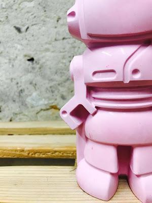 robot en béton rose fuchsia