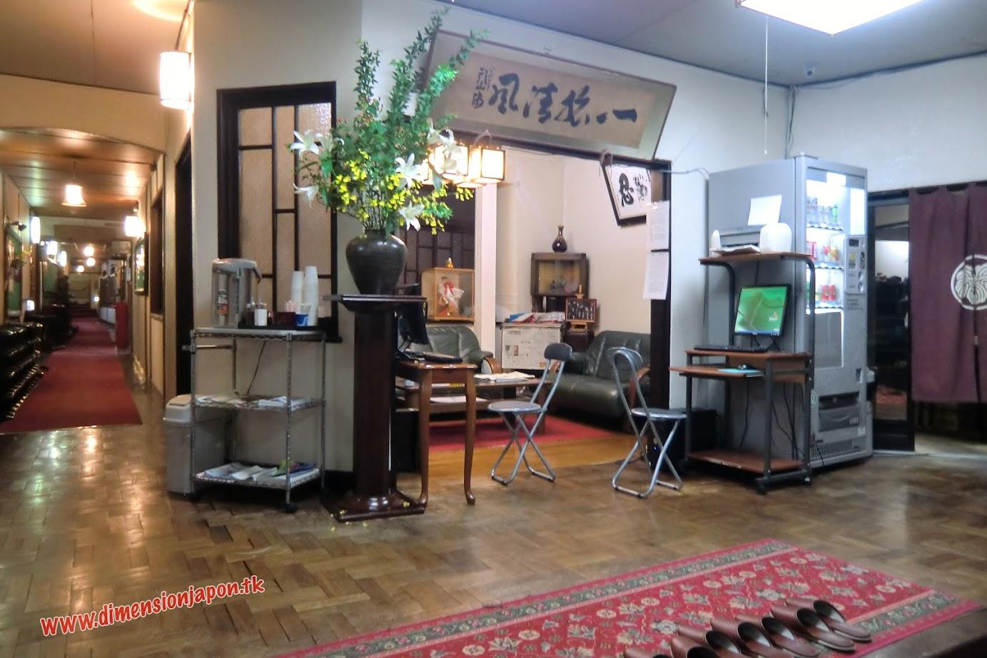 CIMG1554 Recepcion del Ryokan Kashima Honkan (Fukuoka) 15-07-2010