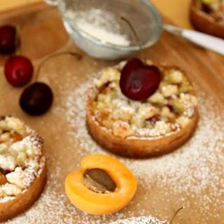 Tartelettes Croustillantes Abricots et Cerises (Apricot and Cherry Crumble Tartlets)