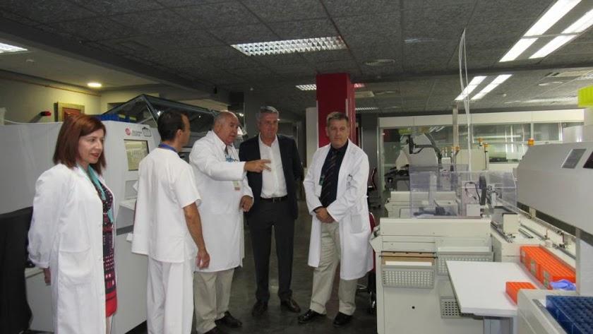 Juan de la Cruz Belmonte, en una visita a un hospital de la provincia junto a facultativos, en una imagen de archivo.