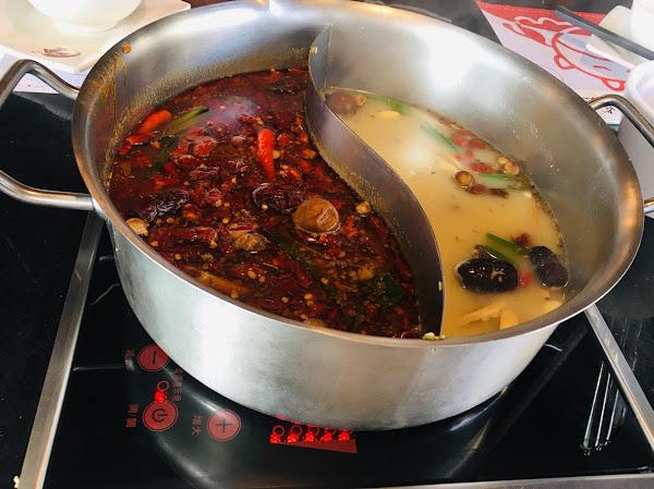 小蒙牛頂級麻辣養生鍋,台中三間店都品嚐過都一樣美味,紅湯白湯都好吃~