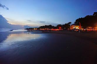 Photo: Puesta de sol en la playa de Seminyak (Bali)