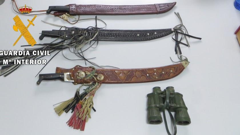 Los machetes y los prismáticos recuperados por la Guardia Civil.