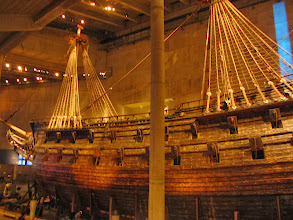 Photo: Vaza yra vienintelis pasaulyje išlikęs XVII a. laivas, po vandeniu išbuvęs 333 m. Laivas buvo pastatytas Švedijos karaliaus Gustavo II Adolfo įsakymu. Jo statyba truko apie 2 metus. Laivas tristiebis, gali nešti dešimt burių, jo aukštis nuo stiebo viršūnės iki kylio 52 metrai, ilgis nuo laivagalio iki laivo priekio 69 metrai, vandens talpa 1200 tonų. Pabaigus statybą tai buvo vienas iš galingiausių kada nors pastatytų laivų.