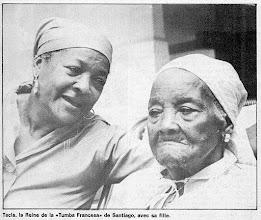 Photo: Yoya avec sa maman, la reine qui l'a précédé, Tecla peu avant le décès de celle-ci en 1988. Tecla a été la seule femme connue dans les anciennes générations pour frapper le catá. Son arrière-petite fille a repris ce flambeau. Photo Jorge Oller pour Granma (édition hebdomadaire en français du 14 août 1988.
