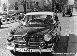 Photo: Björkbacka. Sten Janssons från Björkbacka , Vasselhyttan i sin Volvo Amazon i Lindesberg 1965