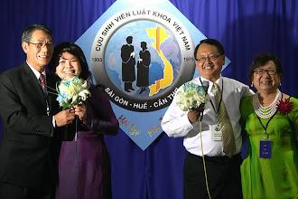 Photo: Anh Nguyễn Vạn Bình nói lời cám ơn bà xã Mã Phương Liễu cùng anh Phạm Manh Tuấn đã ký giấy phép cho anh và chị Tiến đóng vai tình nhân trong 6 phút trên sân khấu